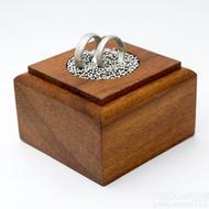 Dřevěná aranžovací podložka na snubní prsteny (16)