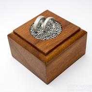 Dřevěná aranžovací podložka na snubní prsteny (17)