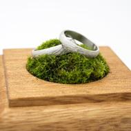 Dřevěná aranžovací podložka na snubní prsteny (9)