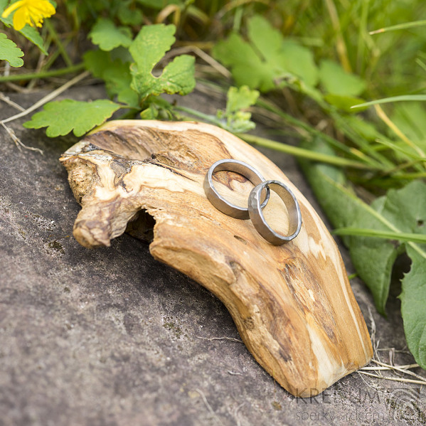 Dřevěná aranžovací podložka na snubní prsteny - Jehličnaté dřevo - SK2095