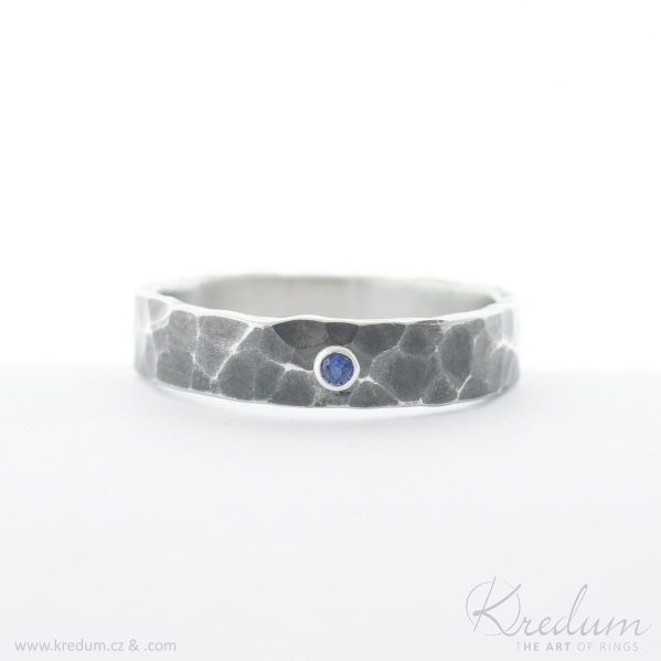 Natura tmavá a broušený kámen safír 2 mm do stříbra - kovaný snubní prsten z nerezové oceli - SK4159