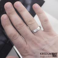 Kovaný nerezový snubní prsten damasteel - FOREVER, dřevo světlý - profil F - na ruce