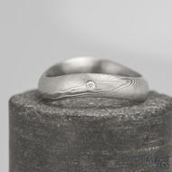 FOREVER a diamant 1,5 mm - struktura dřevo - Kovaný nerezový snubní prsten damasteel