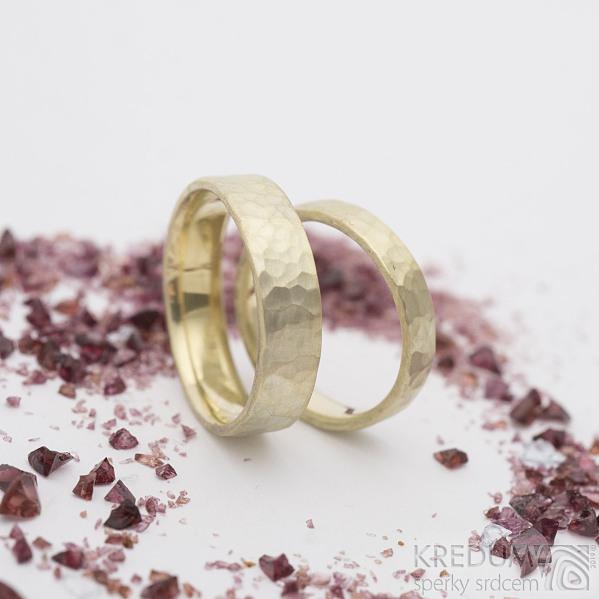 Golden draill yellow - Zlaté snubní prsteny, šířky 4 a 5,5 mm, tloušťka 1,5 mm, vnitřní zaoblení, matné - k 2803