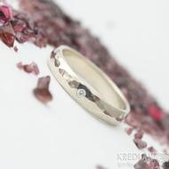 ukázka osazení diamantu - Golden klasik draill white a diamant 1,5 mm - 50, šířka 3,5 mm, tloušťka 1,2 mm - Zlaté snubní prsteny