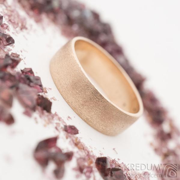 Golden Klasik red - Zlatý snubní prsten, povrch hrubě matný - SK2646