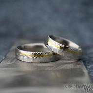 Golden line third - 54 šířka 5 mm a 64 šířka 5 mm, oba dřevo lept 75% světlý, profil E - Damasteel snubní prsteny - fl 3528710