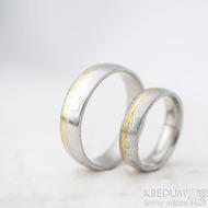 Golden line third - vel 51 š 5mm a vel 67 š 6 mm, dřevo, lept 75%  světlý, profil E - Damasteel snubní prsteny a zlato - et 1699 (2)
