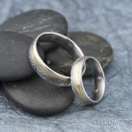 Golden line third - vel 51 š 5mm a vel 67 š 6 mm, dřevo, lept 75%  světlý, profil E - Damasteel snubní prsteny a zlato - et 1699 (4)
