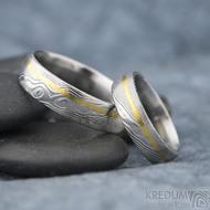 Golden line third - vel 51 š 5mm a vel 67 š 6 mm, dřevo, lept 75%  světlý, profil E - Damasteel snubní prsteny a zlato - et 1699 (5)