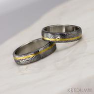 Golden line third - vel 55 a 61, šířka 5,5 mm, struktura dřevo - lept extra tmavý přeleštěný - Damasteel snubní prsteny a zlatá linka - 3649