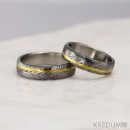 Golden line third - vel 55 a 61, šířka 5,5 mm, struktura dřevo - lept extra tmavý přeleštěný - Damasteel snubní prsteny a zlatá linka - 3649 (2)