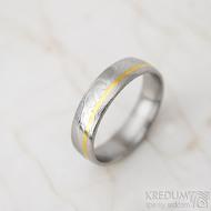 Golden line third - vel 67 š 6 mm, dřevo, lept 75%  světlý, profil E - Damasteel snubní prsteny a zlato - et 1699 (2)