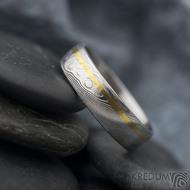 Golden line third - vel 67 š 6 mm, dřevo, lept 75%  světlý, profil E - Damasteel snubní prsteny a zlato - et 1699