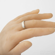 Golden line - voda - snubní prsten se zlatou linkou - - velikost 65 s šířkou 5,5 mm, profil D, lept 75% - na umělé ruce