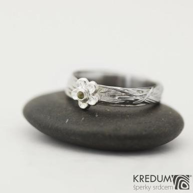 Gordik Flower a broušený vltavín - Motaný snubní prsten nerezový