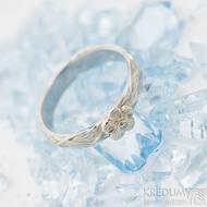 Gordik flower, kytička z bílého zlata s diamantem 1,5 mm - Motaný nerezový zásnubní / snubní prsten - SK2508