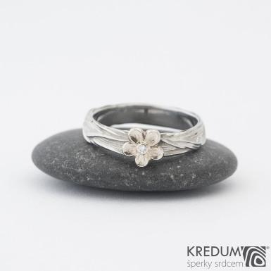 Gordik flower Au a diamantem 1,5 mm - Motaný nerezový snubní prsten