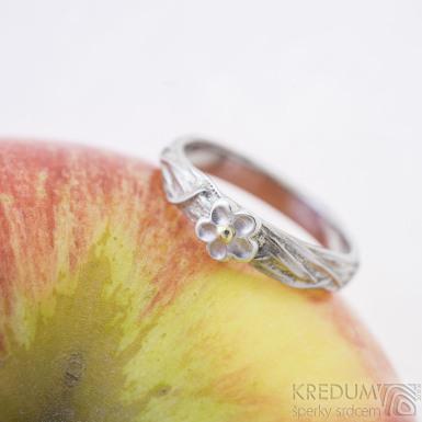 Gordik flower se stříbrnou kytičkou a zlatým středem - 54, šířka 3 mm - Motaný snubní prsten nerezový, SK2394 (2)