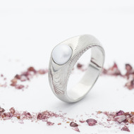 Gracia s bílpu perlou, struktura dřevo, lept 75% - Kovaný zásnubní prsten - velikost 55 - produkt SK1652