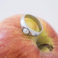 Gracia steel s bílou perlou - Zásnubní nebo snubní prsten z nerezové oceli, matný, produkt SK2428