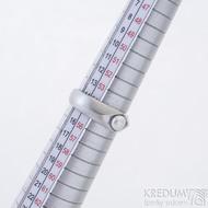 Gracia steel s bílou perlou - Prsten z nerezové oceli, produkt SK2428 - velikost 55, šířka 6,5 až 4,3 mm