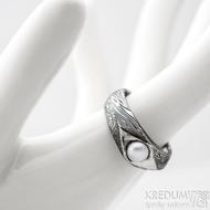 Gracia voda s říční perlou - lept 100% TM, velikost 57, šířka hlavy 7 mm do dlaně 5 mm - Damasteel zásnubní prsten - k 1185 (6)
