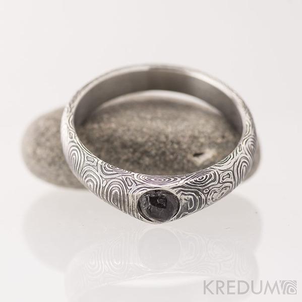 Kovaný zásnubní prsten damasteel - GRADA a kámen