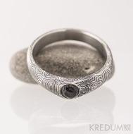 Kovaný zásnubní prsten damasteel - GRADA a granát s přírodním povrchem, struktura kolečka, lept 100%, zatmavený