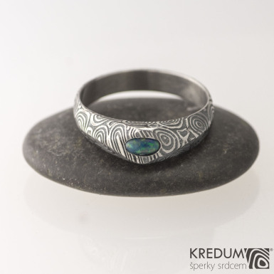 GRADA a kabošon ovál - Kovaný zásnubní prsten damasteel kolečka - syntetický opál