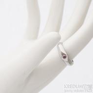 Grada steel a synetický rubín 2,3 mm - velikost 52, šířka hlavy 5,4 mm, do dlaně 3,5 mm, lesklý - Zásubní prsten