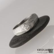 GRADA a čirý diamant 2,7 mm - struktura čárky -  Kovaný zásnubní prsten damasteel