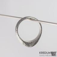 Kovaný zásnubní prsten damasteel - GRADA, struktura voda, lept 100% zatmavený