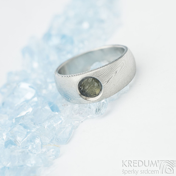 Greeneli - velikost 50, šířka hlavy 7, do dlaně 5 mm, dřevo - lept 75% světlý, vltavín - Damasteel zásnubní prsten - sa 1092470