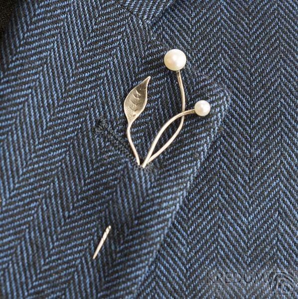 Herb white - Stříbrná brož s bílými perlami do klopy saka
