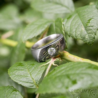 Intimity a čirý diamant nad 4 mm, dřevo - Zásnubní damasteel prsten