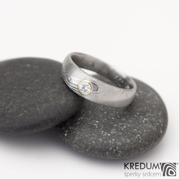 SIONA a moissanit velikosti 3 mm do zlata - Kovaný zásnubní prsten z oceli damasteel