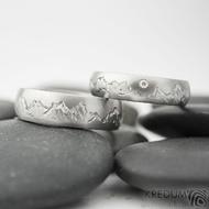 Ruční rytí obrázku na vnější stranu prstenů - silueta hor podle předlohy