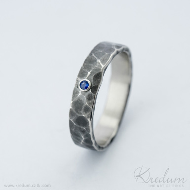 Natura tmavá a broušený kámen (safír,smaragd,rubín) 2 mm do stříbra  - kovaný snubní prsten z nerezové oceli