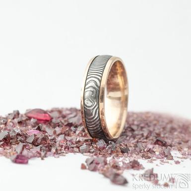 Kasiopea red čárky - 56,5, šířka 6 mm, tloušťka 1,6 mm, okraje 2x1 mm, lept extra TM - Snubní prsten zlato a damasteel - k 1669