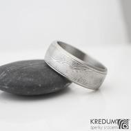 Kasiopea Steel - dřevo - Kovaný snubní prsten - lept 75% světlý