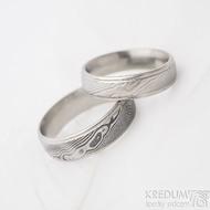 Kasiopea steel dřevo světlé - šířka 5 mm a dřevo zatmavené - šířka 6 mm - Damasteel snubní prsteny