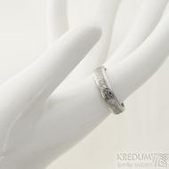Kasiopea Steel, dřevo - velikost 55, šířka 4,8 mm, tloušťka 1,7 mm, 75% světlý, profil B - Kovaný snubní prsten - SK2218