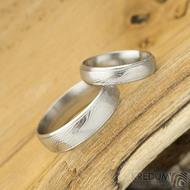 Kasiopea Steel - dřevolept 75% světlý, profil D, velikost 49, šířka 4,5 mm a velikost 62, šířka 6 mm - Snubní prsteny - k 1563