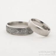 Kasiopea Steel kolečka - 51, šířka 5 mm,lept 75% světlý a 64, šířka 6,5 mm, lept extra TM - Snubní prsteny damasteel