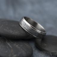 Kasiopea Steel - kolečka, vel 63, šířka 6 mm, tl. 1,7 mm, lept 75% zatmavený, profil B - Kovaný snubní prsten, SK1610 (6)