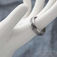 Kasiopea Steel - kolečka, vel 63, šířka 6 mm, tl. 1,7 mm, lept 75% zatmavený, profil B - Kovaný snubní prsten, SK1610