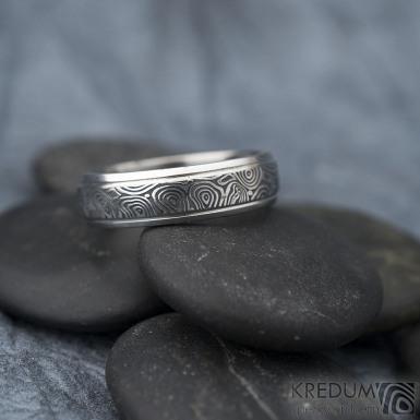 Kasiopea Steel - kolečka, vel 63, šířka 6 mm, tl. 1,7 mm, lept 75% zatmavený, profil B - Kovaný snubní prsten, SK1610 (4)