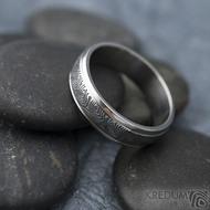 Kasiopea Steel - kolečka, vel 63, šířka 6 mm, tl. 1,7 mm, lept 75% zatmavený, profil B - Kovaný snubní prsten