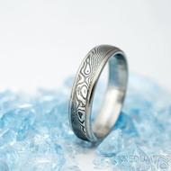 Kasiopea steel - vel 58, šířka 5 mm, tloušťka střední,  dřevo - lept 75% zatmavený, profil E - Snubní prsteny damasteel - k 1551